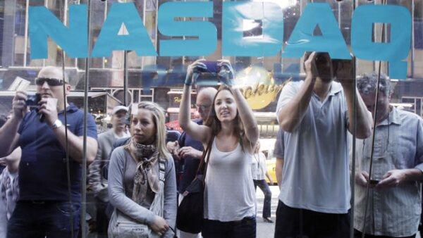 Decenas de residentes de Nueva York tomaban fotos para recordar este momento.