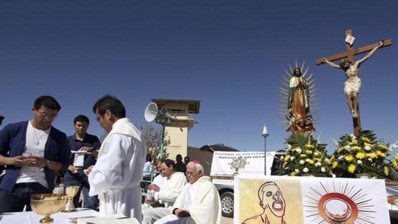 el obispo raul vera ofrece una misa afuera de un penal