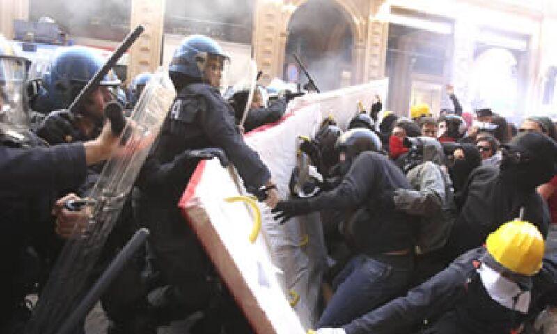 Opositores al Gobierno protagonizaron enfrentamientos en las afueras del teatro donde Monti daba declaraciones. (Foto: Reuters)