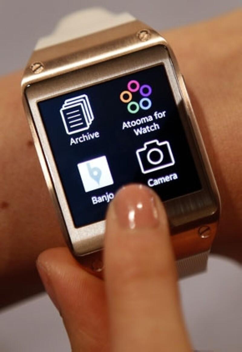 La surcoreana presentó su 'smartwatch', que permite hacer llamadas, ver mensajes y tomar fotos; el dispositivo llegará a México en octubre, aunque aún no hay precio.