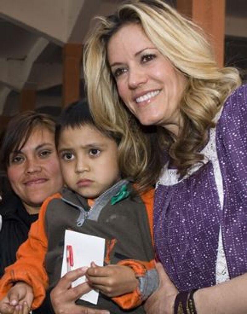 La conductora entregó 320 juguetes a niños de la Organización Luz de Vida, A.C.