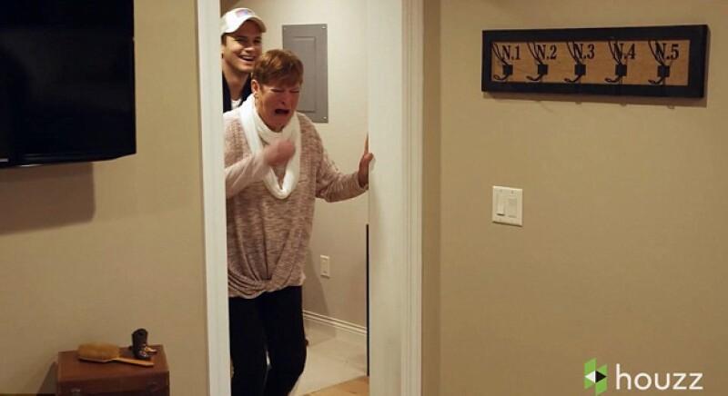 La mamá del actor no pudo ocultar su emoción tras ver la transformación de su casa en Iowa.
