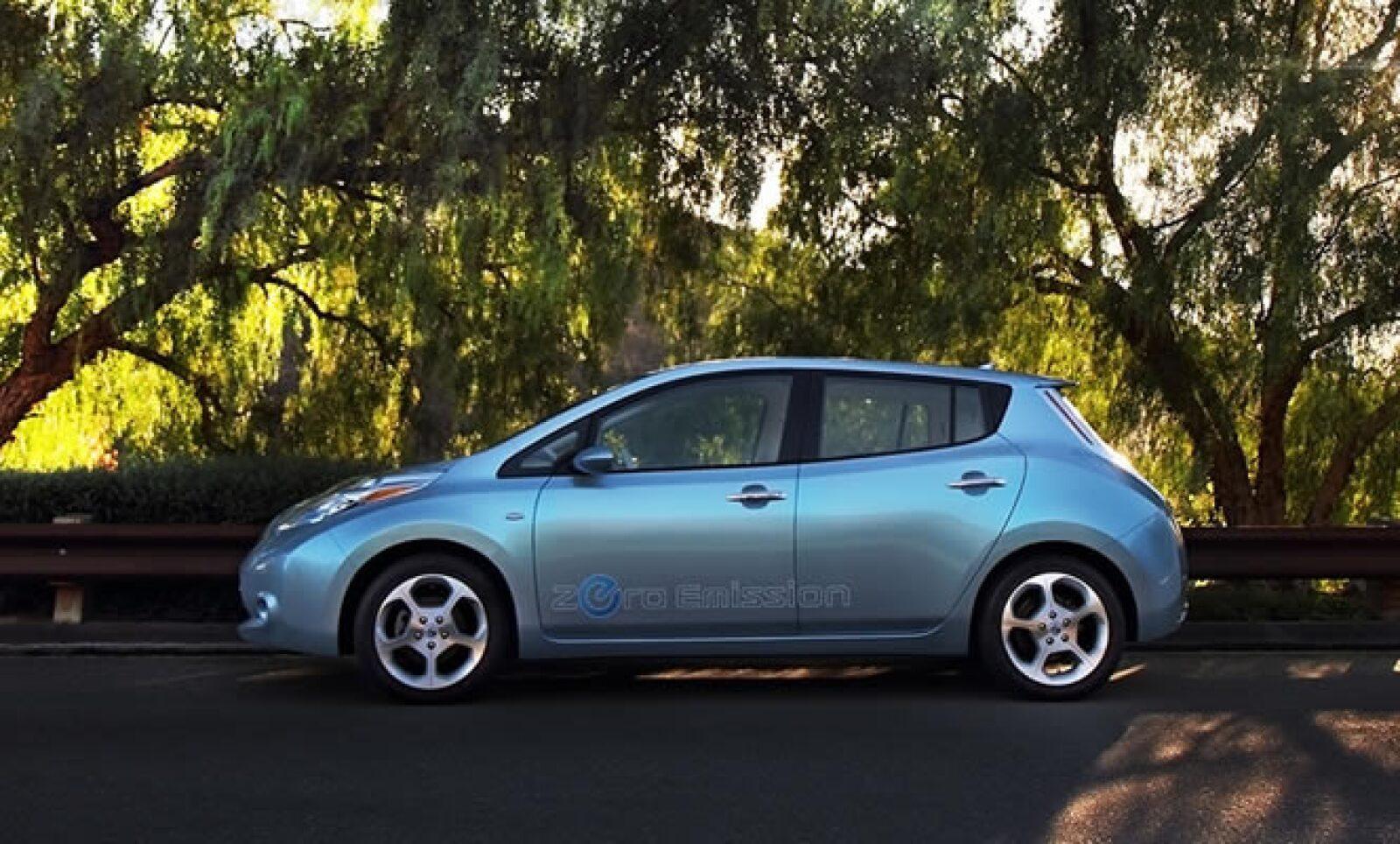 José Muñoz, CEO de Nissan Mexicana, entregó al Jefe del Gobierno del Distrito Federal, Marcelo Ebrard, los primeros tres vehículos como avance de un total de 100 unidades que serán entregadas a partir de este mes.