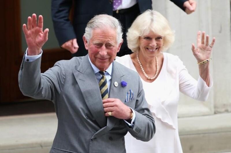 El hijo de la reina Isabel y su esposa Camila Parker asistieron hoy al hospital de st. Mary para conocer al nuevo heredero.