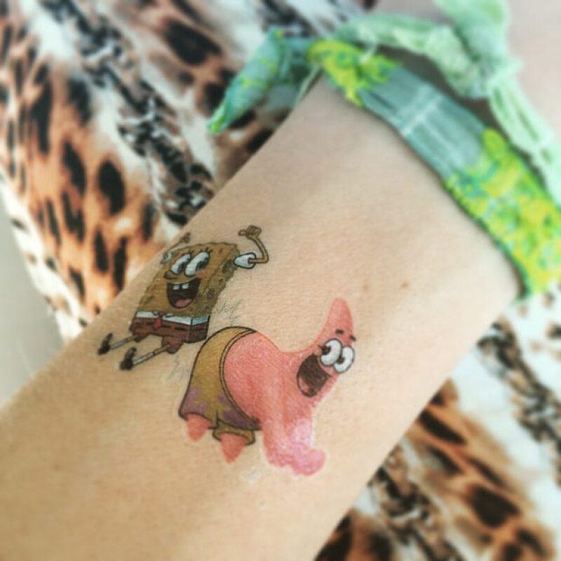 Matthew decidió aprovechar que su madre se dejó hacer el primer tatuaje, para continuar con más.