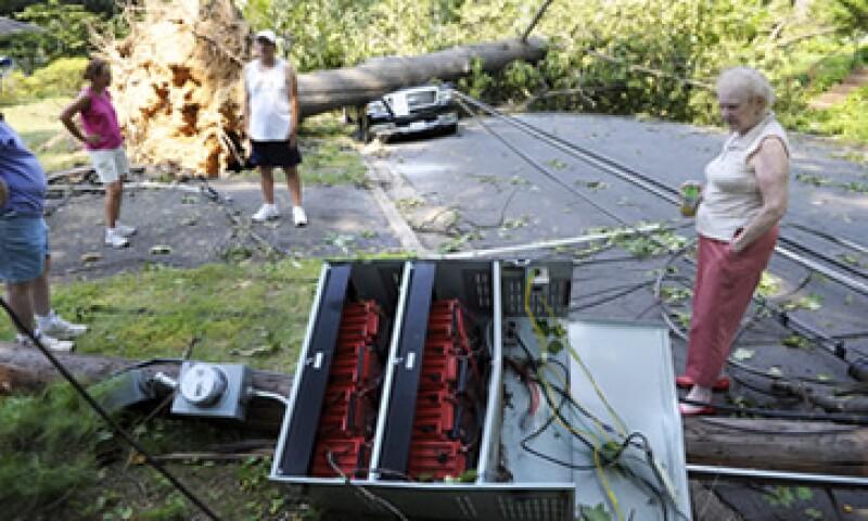 Muchas calles quedaron bloqueadas con ramas derribadas por los fuertes vientos. (Foto: AP)