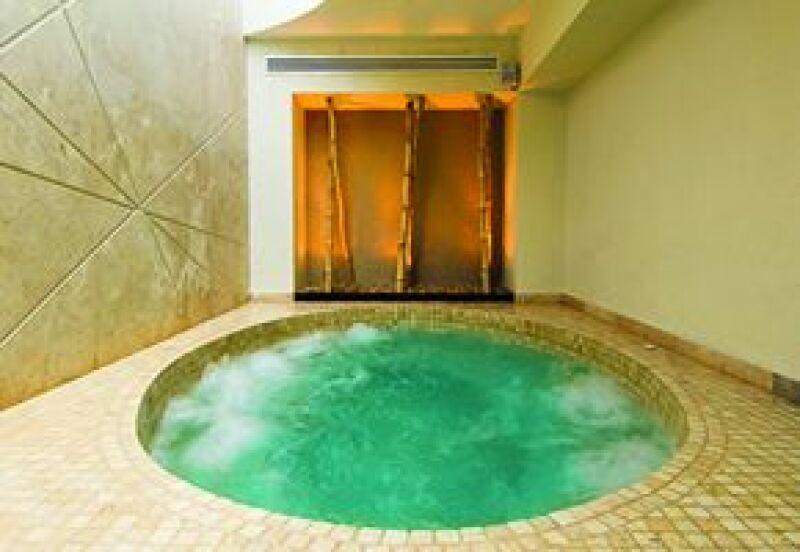 Es posible relajarse en un pozo de agua con sales o en jacuzzi después de la terapia.