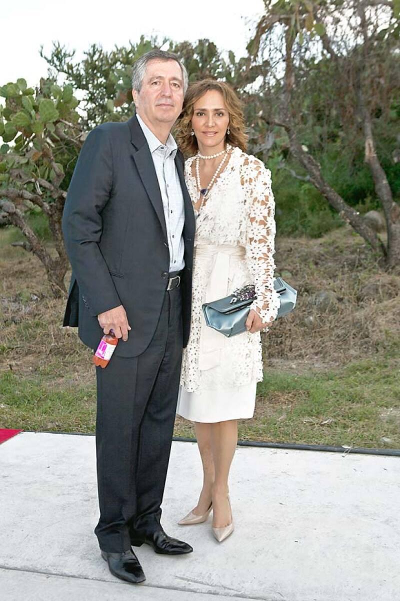 Un juez prohibió a la aún esposa de Jorge Vergara llevar la disputa legal que mantiene él a una corte estadounidense, informó un abogado de Omnilife.