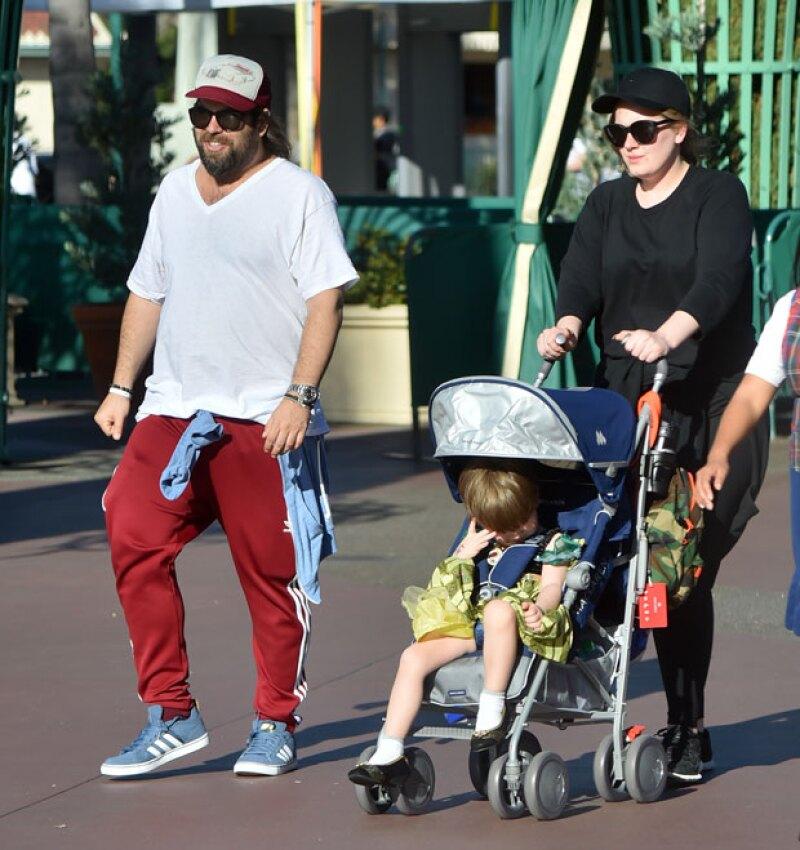 La cantante inglesa fue captada muy divertida paseando a su primogénito de casi tres años y medio, a quien en contadas ocasiones hemos podido ver.