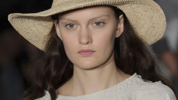 Si lo que te gusta son los paseos veraniegos y los picnics en el parque, sin duda un sombrero estilo Boater es para ti. Este de Agnes B. de paja es un must esta temporada.