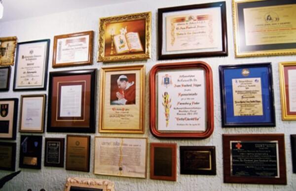 Los diplomas del cardenal adornan las paredes de la casa. Hay de su comunidad, del Vaticano y de la Cruz Roja, entre otros.