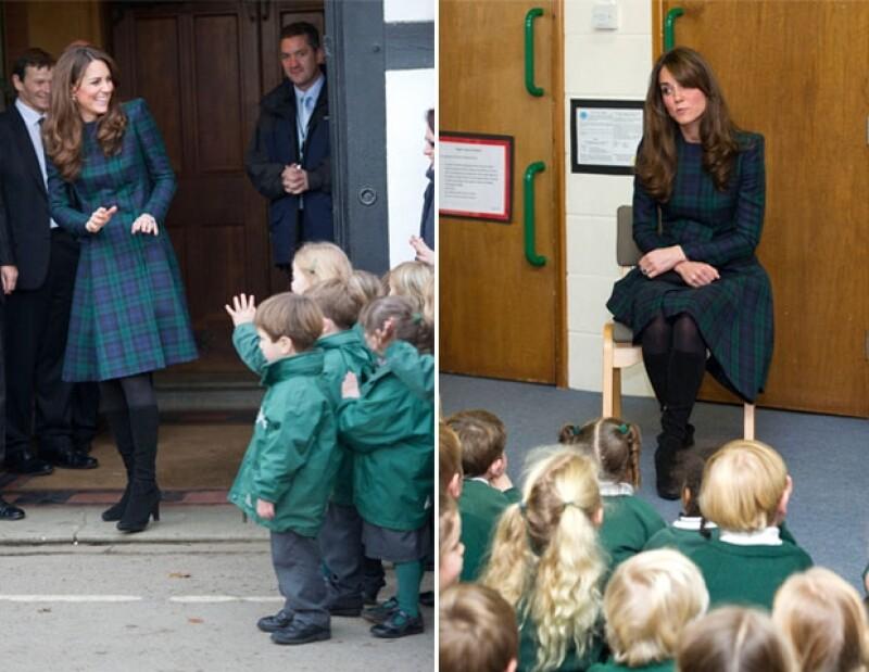 Sin importarle que utilizaba un vestido Alexander McQueen y tacones la princesa jugó una &#39cascarita&#39 con alumnas de su ex escuela.
