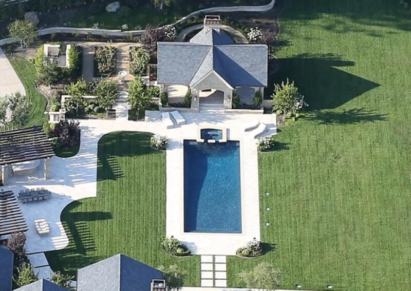 Cuenta con un área exclusiva para las albercas, alrededor de las cuales hay camastros y una superficie ideal para una pool party.