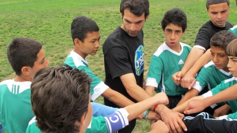 niños refugiados juegan futbol