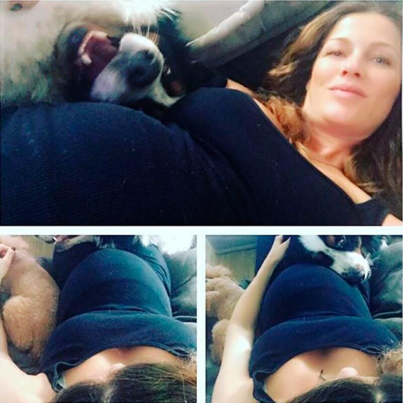 La modelo compartió en redes sociales una fotografía en la que luce ya un crecido baby bump.
