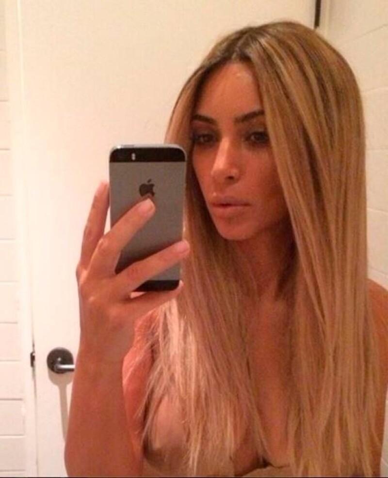 La esposa del rapero Kanye West compartió en Instagram una foto en la que luce una peluca rubia, sin embargo, llamó más la atención el hecho de que pareciera que no trae bra.