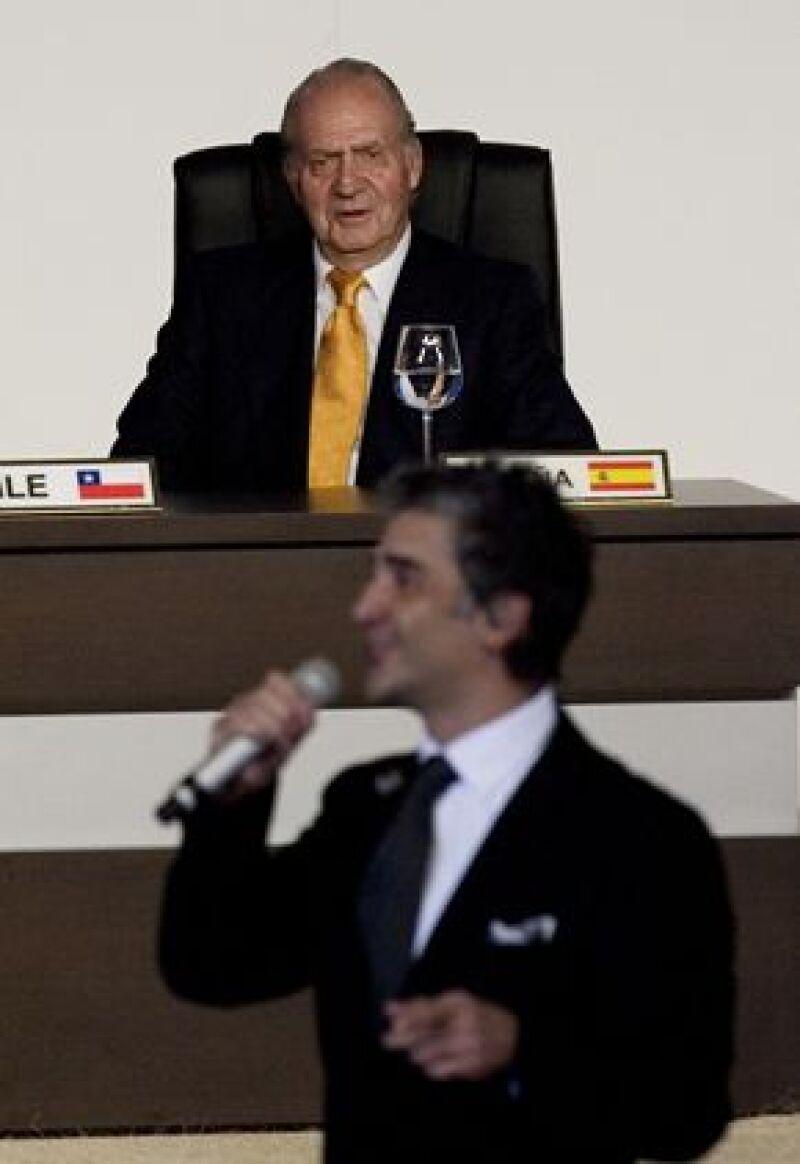 Alejandro Fernández, luego de su interpretación, saludó al presidente Felipe Calderón y bajó del escenario para estrechar la mano de la reina Sofía de España.