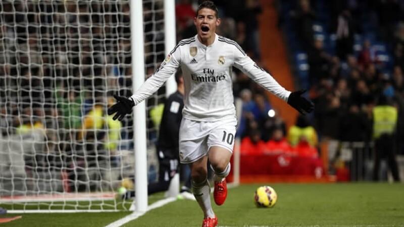 James Rodríguez festeja su gol este miércoles ante Sevilla, pero tuvo que salir por una fractura que lo alejaría de la cancha por varias semanas