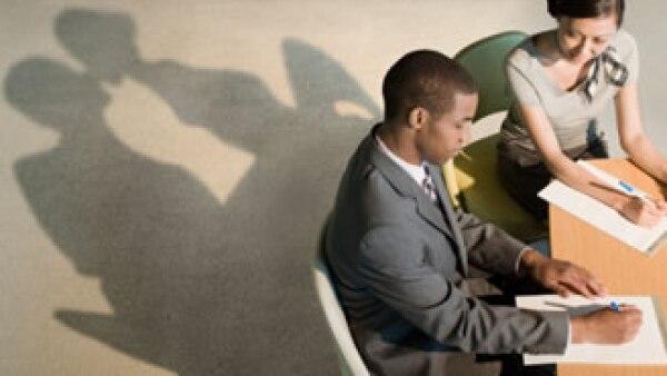 Cuidado: algunas empresas prohíben a sus empleados tener romances, mucho más cuando estos son extramaritales. (Foto: Jupiter Images)