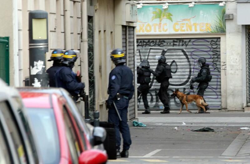 La perra murió cuando una mujer, que perseguía la policía francesa, detonó un chaleco con explosivos que estaba vistiendo.