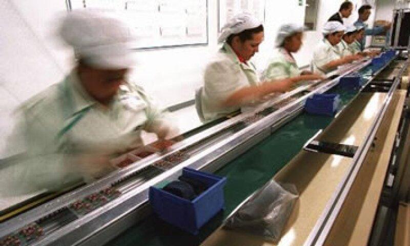 Las industrias manufactureras se redujeron 1.46% y la minería cayó 0.08%. (Foto: AP)