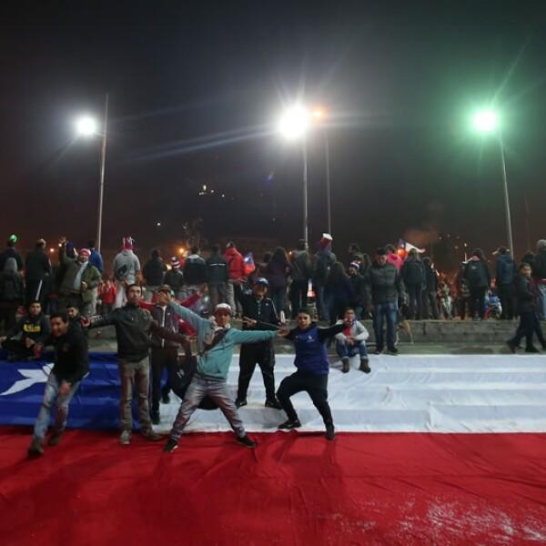 Banderas enormes de Chile se instalaron en las escaleras, banquetas y calles de la capital chilena en espera de un título internacional