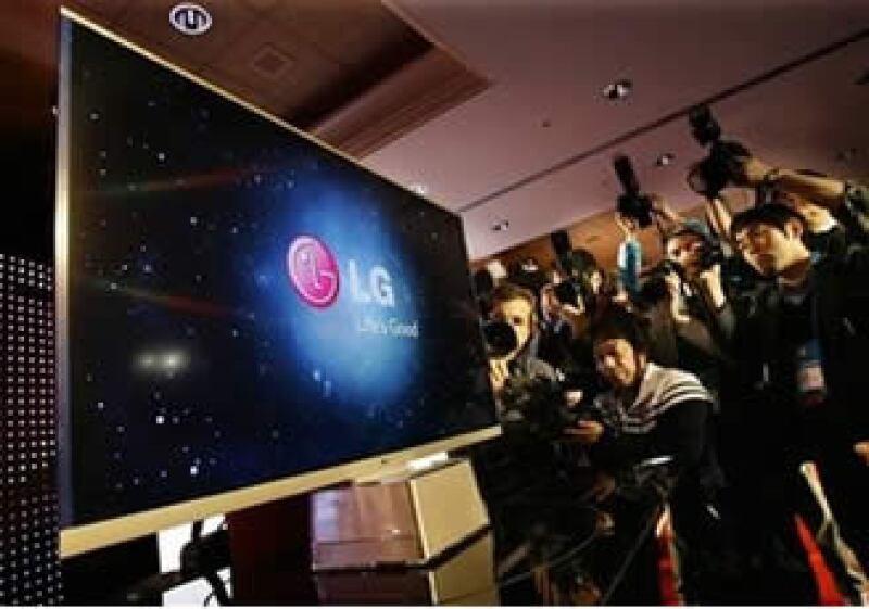 Una pantalla de 6.9 milímetros de grosor fue presentada en el evento en Las Vegas. (Foto: AP)