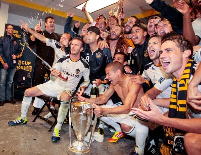 El jugador inglés del Galaxy obtuvo el domingo el título de la liga estadounidense de futbol. Lo acompañó en el festejo su hijo Cruz.