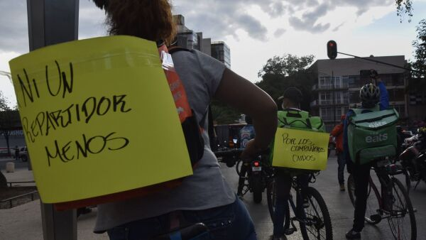"""Decenas de repartidores se manifestaron en la explanada del Monumento a la Revolución como parte del paro nacional que organizó el movimiento """"Ni un repartidor menos""""."""
