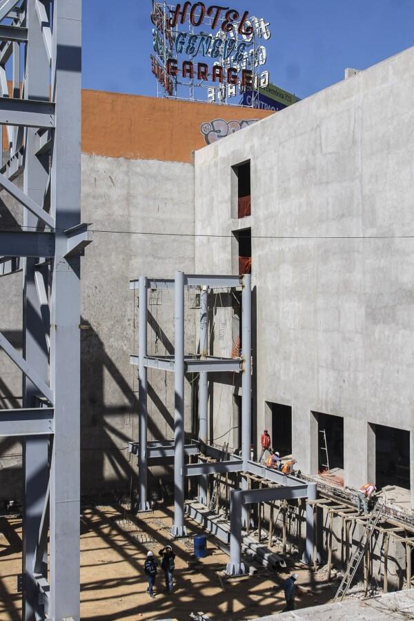 MÉXICO, D.F., 21ENERO206.- El Antiguo Cine Cosmos  de Tlaxpana, en la delegación Miguel Hidalgo, que estaba planeado para convertirse en un centro de enseñanza de artes circenses de la compañía Cirque Du Soleil reanudó los trabajos de remodelación.