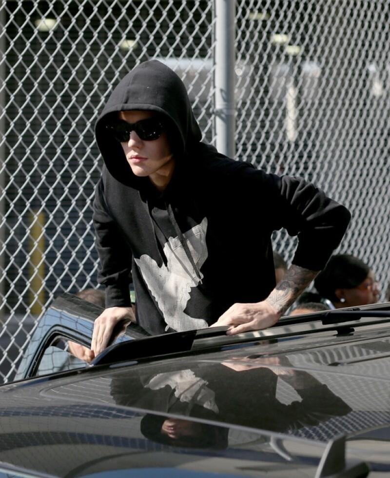 Justin Bieber se encontraba jugando mini golf cuando arrebató su celular a una fan que según él estaba fotografiándolo.