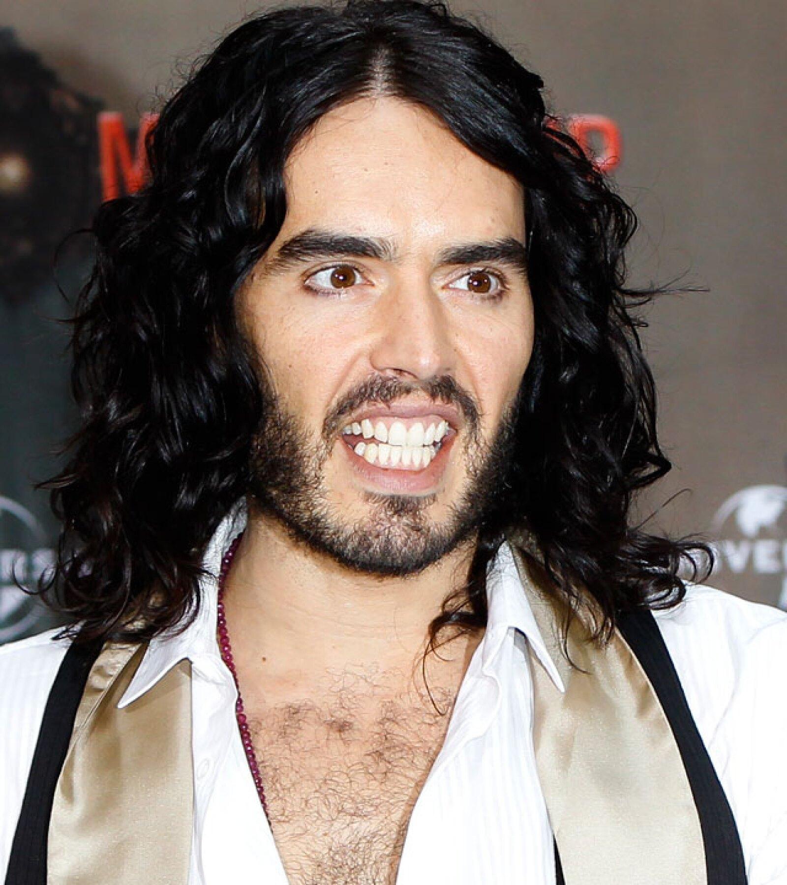 El ex de Katy Perry, Russell Brand resalta sus ojos chiquitos con un poquito de delineador.