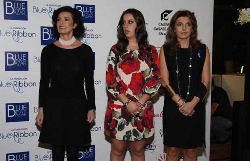 Gaby Vargas acompañada de dos de las integrantes de Blue Ribbon, Mary Levy y Elvira Cohen.
