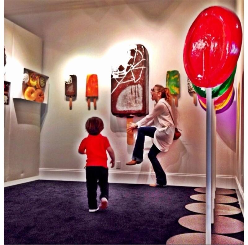 La cantante compartió varias imágenes de su visita a una galería con su hijo de 2 años y medio en la que hizo de todo por entretenerlo.