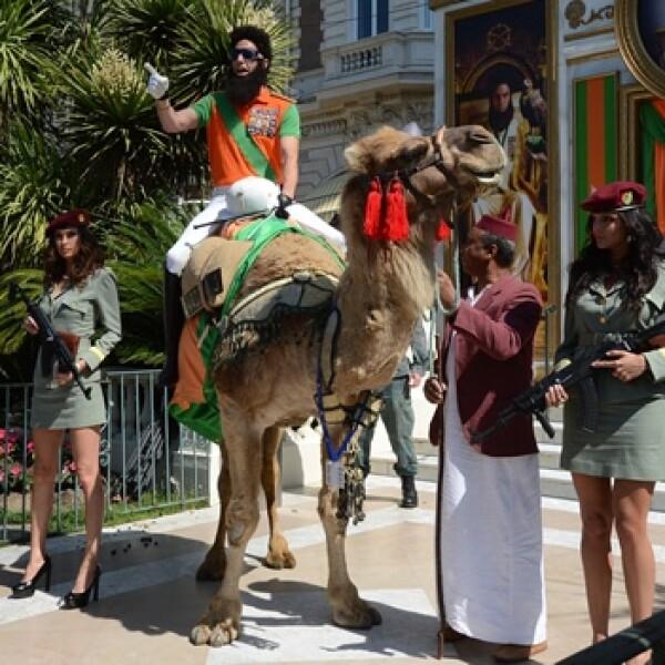 sacha baron llega en camello a cannes