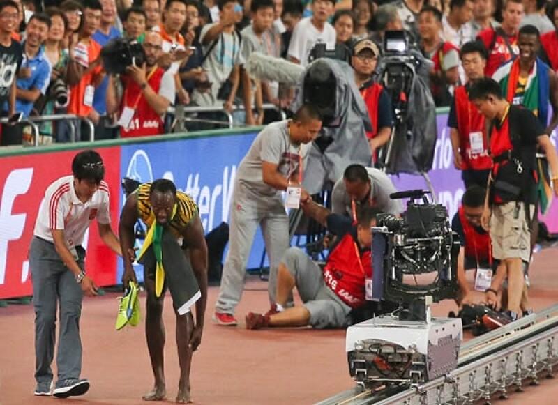 Cuando celebraba por haber obtenido el oro en la carrera de 200 metros, el ex atleta fue embestido por un camarógrafo que perdió el control de su segway.