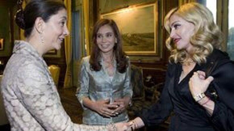 """La ex candidata a la presidencia de Colombia dijo el miércoles que estaba """"feliz"""" de hacer conocido a Madonna en Buenos Aires y se declaró una fanática de la Reina del Pop."""