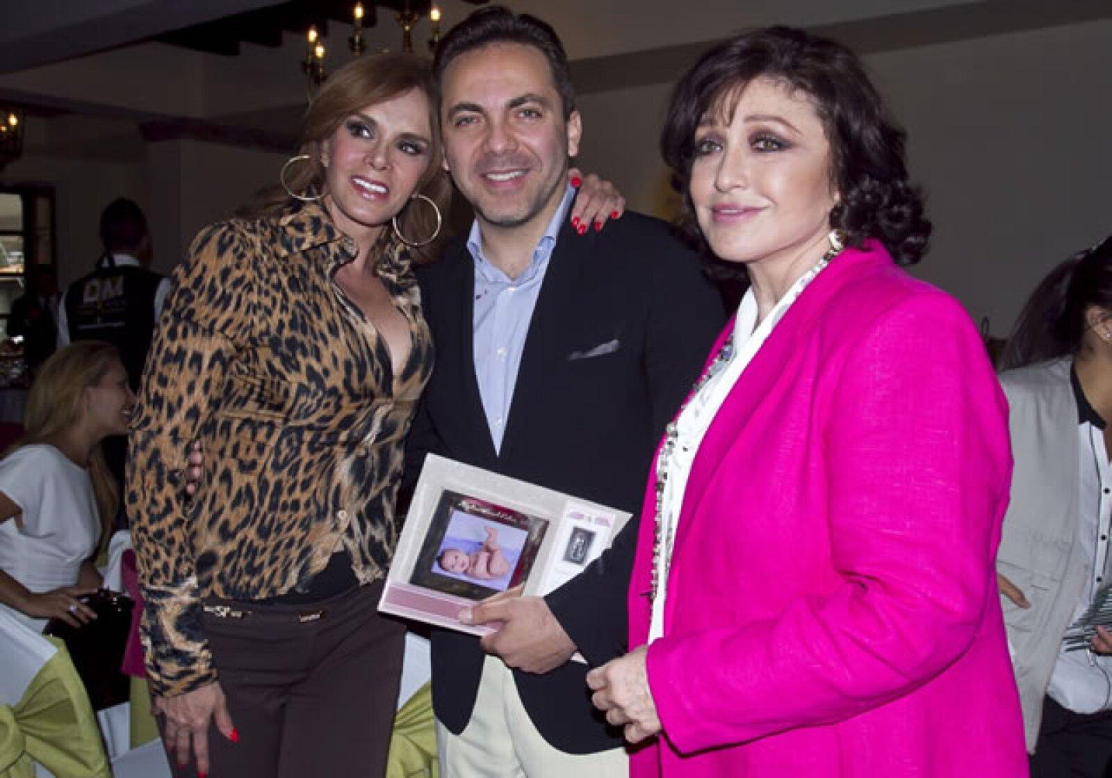 Lucía Méndez y Angélica María aprovecharon para tomarse una foto con Cristian.