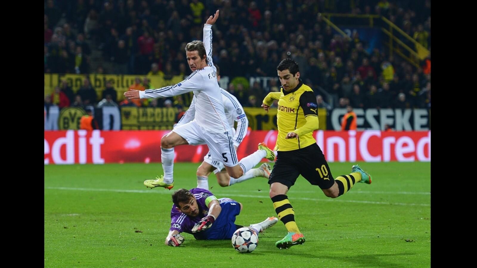 Henrikh Mkhitaryan de Borussia Dortmund falla una oportunidad de gol por una salida del portero de Real Madrid Iker Casillas