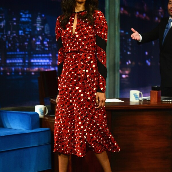 La actriz Zoe Saldana llevó el icónico `wrap dress´ al show de Jimmy Fallon.