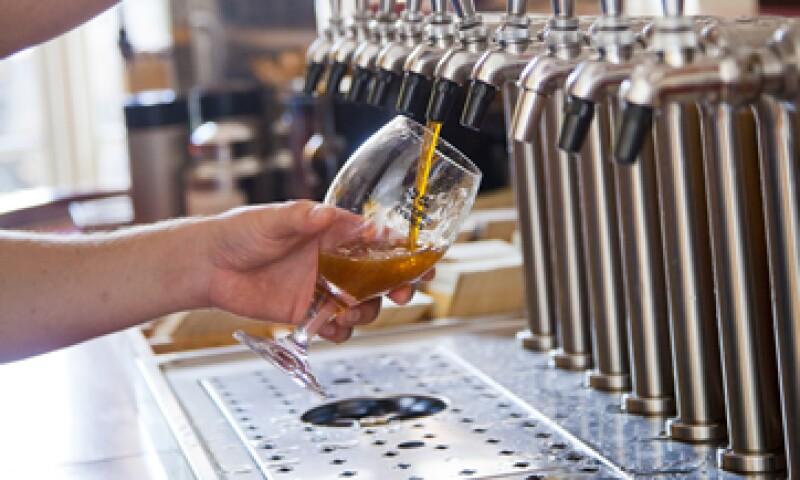 Semana Santa, verano y diciembre son las temporadas en las que aumenta el consumo de cerveza, de acuerdo con el sector. (Foto: GettyImages)