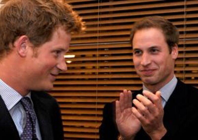Guillermo y Harry se convirtieron en los miembros de honor de la Fundación Henry Van Strawbenzee, en memoria de un gran compañero que falleció en un accidente de tráfico en 2002.
