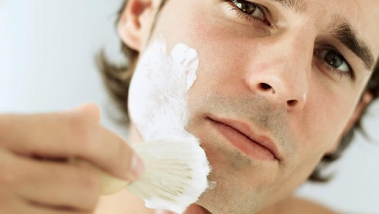 Con una brocha aplica la crema de afeitar; si usaste aceite ponla encima. Evita las que producen mucha espuma, por ejemplo las de lata, porque dificultan el paso de la cuchilla.