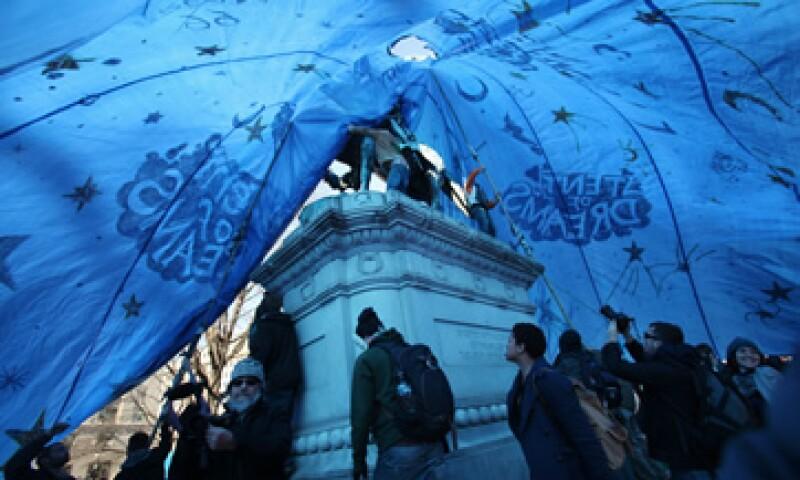 Los protestantes colocaron una lona azul que cubrió la totalidad del redondel de la estatua del general James McPhearson. (Foto: AP)
