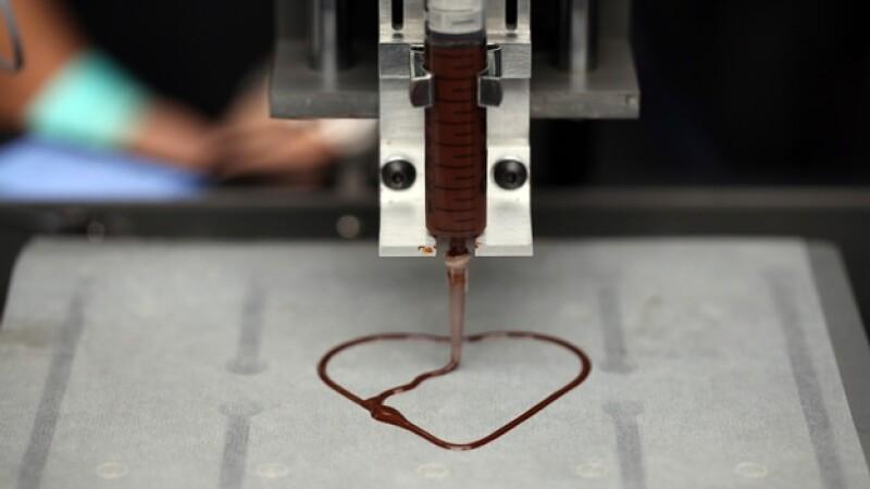 una impresora 3-d crea un chocolate en forma de corazon