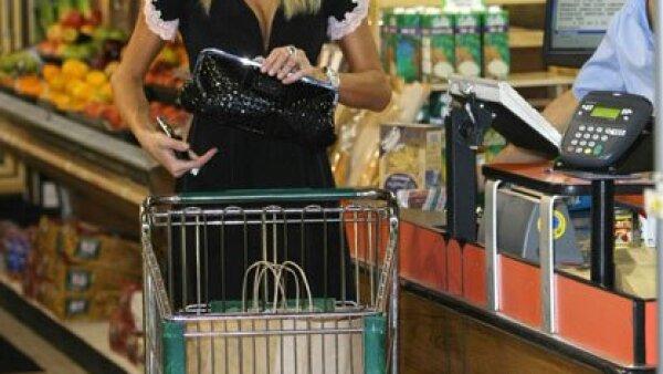 Muy chic llegó Paris Hilton a hacer sus compras en Beverly Glen en Los Ángeles, California.