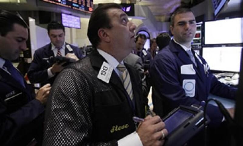 Wall Street recortó pérdidas este miércoles porque Grecia obtendrá una nueva porción del rescate financiero. (Foto: AP)