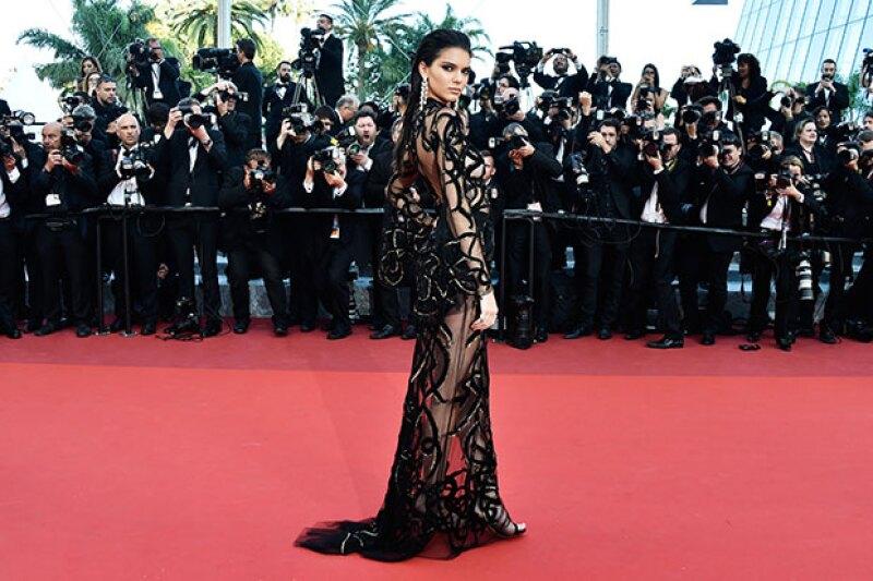 El diseño del vestido consiste en entrincadas serpientes de terciopelo.