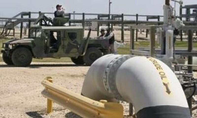 La AIE y EU abastecerán con 90 millones de barriles al mercado para contener el alza en precios. (Foto: Reuters)