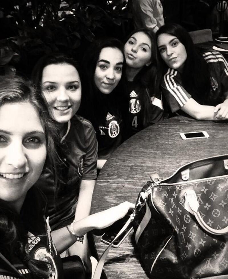 Sofía Castro se reunió con sus amigas para ver el partido.